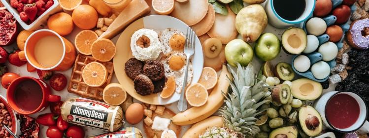 stół pełny różnego rodzaju żywności